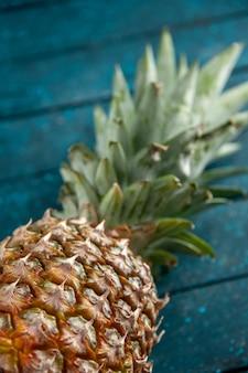Vista dal basso ananas fresco su fondo di legno blu