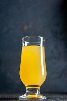 Vista dal basso succo di ananas fresco in vetro su sfondo scuro