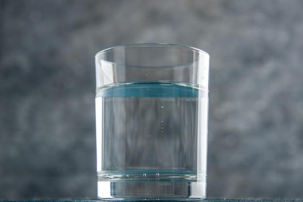 Vista dal basso bicchiere d'acqua isolato su sfondo grigio copia posto