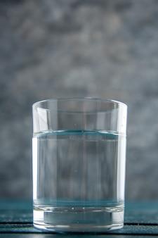 Vista dal basso bicchiere d'acqua isolato su sfondo grigio