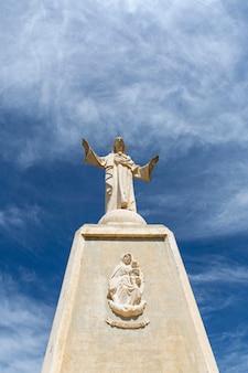 Vista dal basso della grandiosa costruzione della scultura del sacro cuore di gesù in spagna