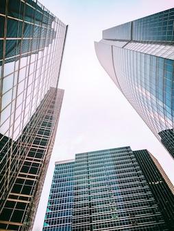 Vista dal basso di alti grattacieli. forma triangolare