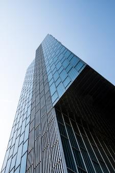 Vista dal basso di un edificio moderno