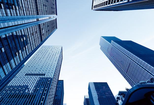 Vista dal basso dei grattacieli moderni nel quartiere degli affari contro il cielo blu