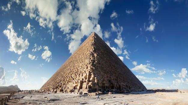 Vista dal basso della piramide di cheope, giza, cairo, egitto.