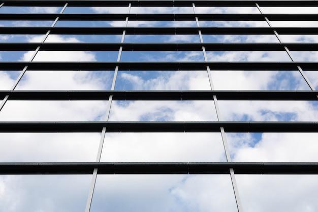 Vista dal basso dell'edificio moderno di vetro alto
