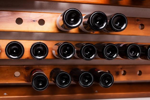 Parte inferiore delle bottiglie di vino in deposito in un negozio di liquori in europa