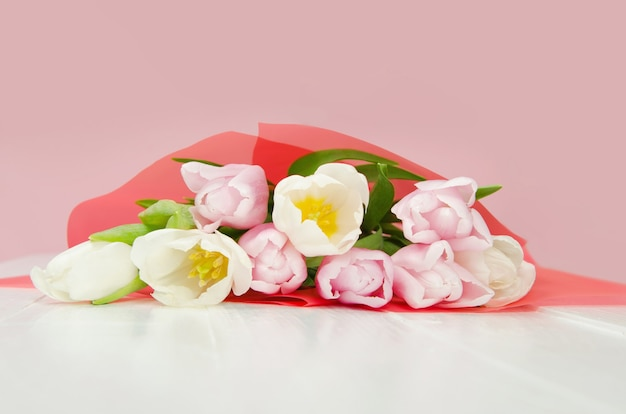 Bouqet di fiori di primavera tulipano sulla tavola di legno.