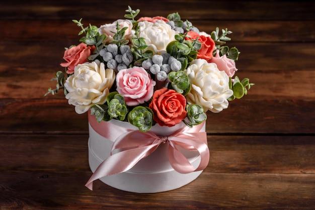 Mazzo di bellissimi fiori rosa luminosi in una scatola di cartone cilindrica regalo