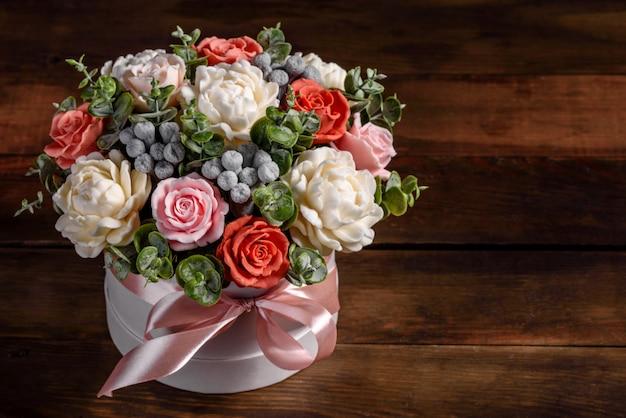 Mazzo di bellissimi fiori rosa brillante in una scatola di cartone cilindrica regalo