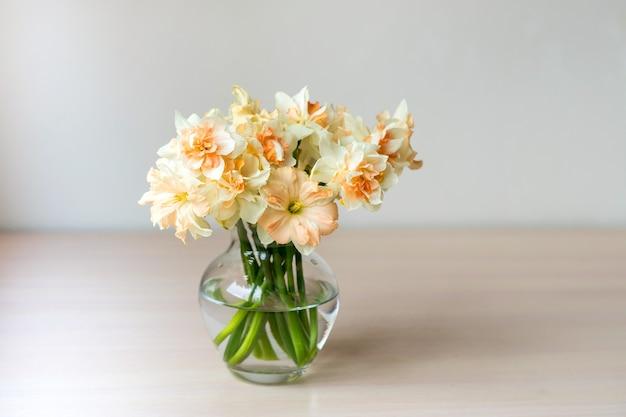 Bouquet di bellissimi narcisi in vaso di vetro