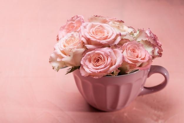Bouquet di bellissime rose rosa fresche in una tazza