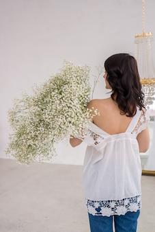 Bouquet di bellissimi gipsofila copia spazio celebrazione della giornata internazionale della donna sfondo muro bianco interni scandinavi