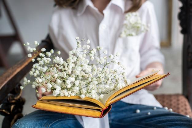 Bouquet di bellissimi gipsofila copia spazio celebrazione della giornata internazionale della donna sfondo muro bianco interni scandinavi Foto Premium