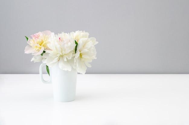 Bouquet di bellissime peonie su uno sfondo pulito