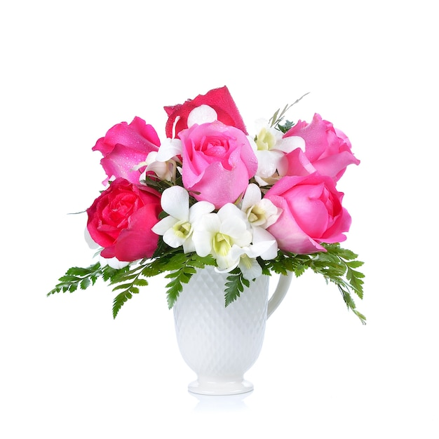 Bouquet di belle rose rosa su bianco