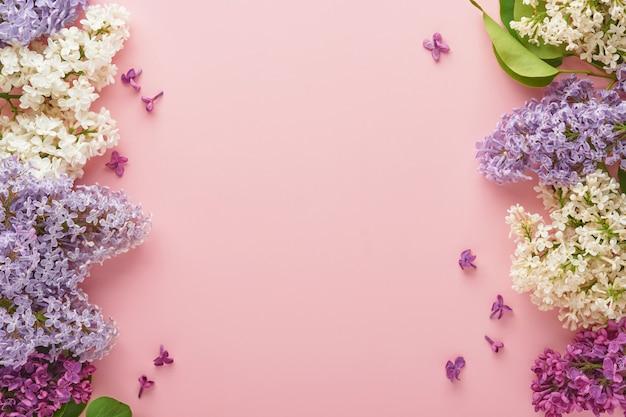 Bouquet di bellissimi lilla bianchi e viola su sfondo rosa. vista dall'alto. biglietto di auguri festivo con peonia per matrimoni, felice festa della donna, san valentino e festa della mamma.