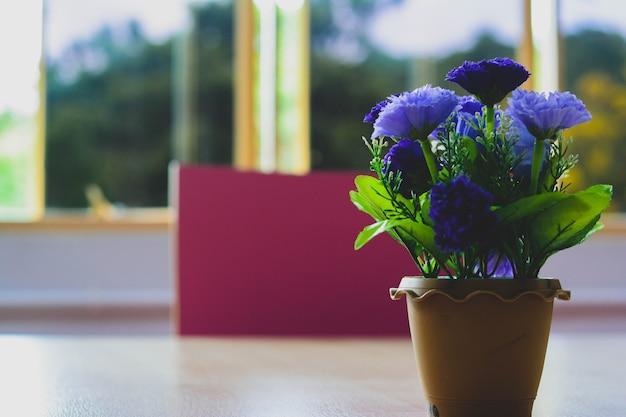 Bouquet di fiori blu in vaso