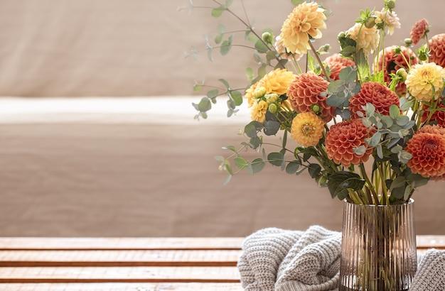 Mazzo di crisantemi in un vaso all'interno dello spazio della copia della stanza