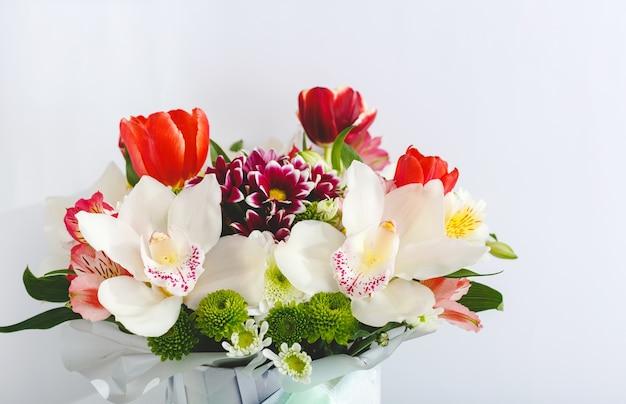 Bouquet di fiori primaverili colorati. bouquet di tulipani, orchidee, fiori di crisantemi