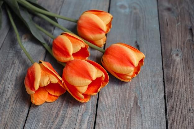 Bouquet di tulipani colorati sul vecchio tavolo in legno. vista dall'alto con copia spazio