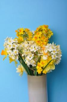 Bouquet di narcisi in vaso