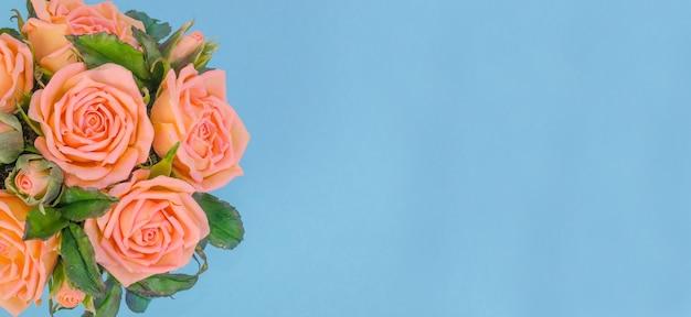 Bouquet di delicate case da tè su sfondo blu, con spazio di copia