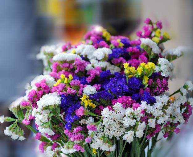 Un mazzo di fiori su sfondo sfocato