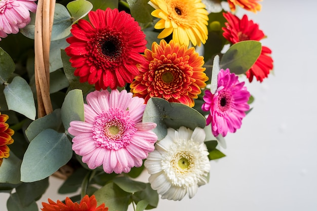 Bouquet di fiori, camomilla, margherita, gerbera, bouquet estivo delicato isolato