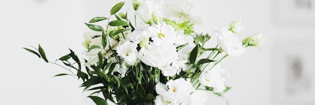 Mazzo di fiori in vaso e decorazioni per la casa dettagli di design d'interni di lusso closeup