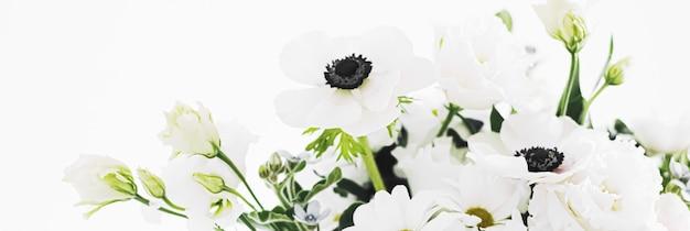 Mazzo di fiori in vaso e decorazioni per la casa dettagli di lusso interior design closeup