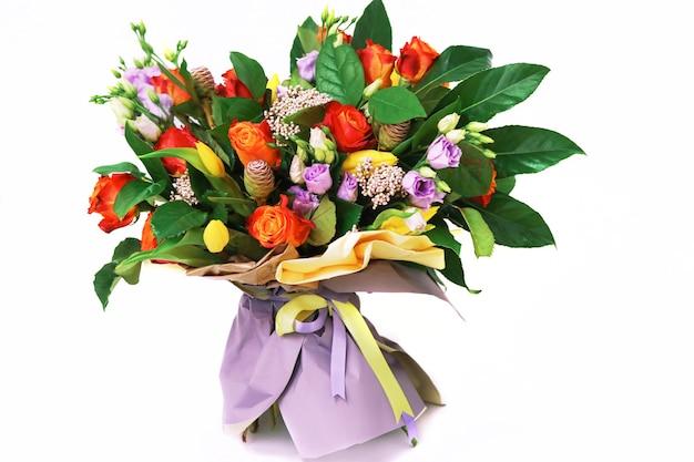 Bouquet di fiori su sfondo bianco