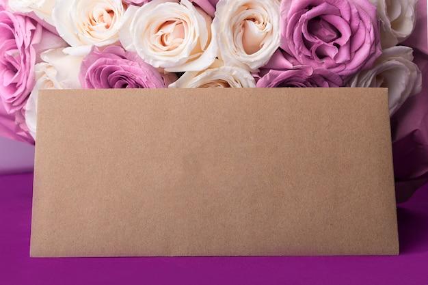 Bouquet di meravigliose rose bianche e viola e buste artigianali