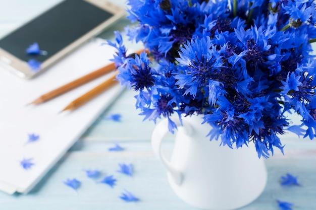 Bouquet di fiordalisi freschi