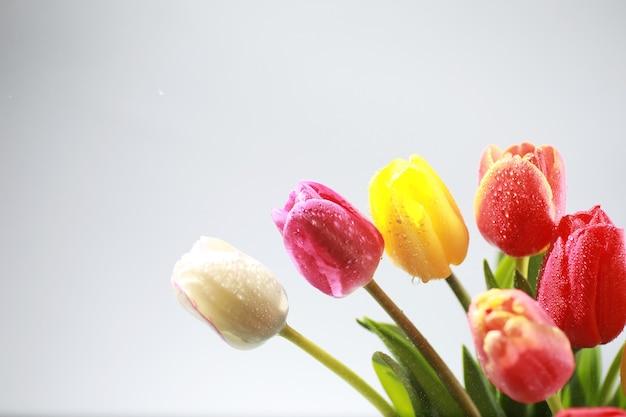 Bouquet di fiori freschi. regalo di festa alla persona amata. sfondo san valentino. composizione floreale di rose, tulipani, iris.