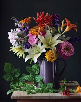 Bouquet di fiori da giardino nel vaso e un ramo di un lampone.