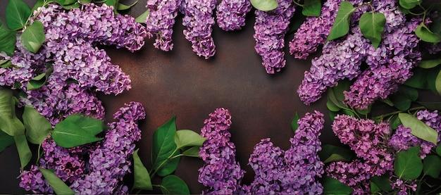 Un bouquet di lillà con lavagna su sfondo arrugginito. vista dall'alto con posto per il testo. festa della mamma.