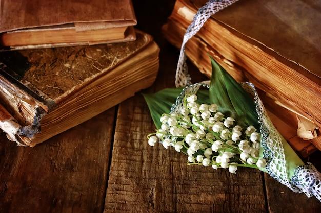 Bouquet di gigli e libro retrò