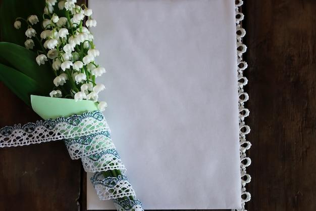 Bouquet di mughetti e testo spaziale