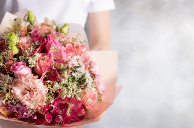 Bouquet di fiori misti in mani femminili