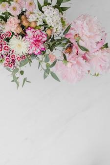 Bouquet di fiori rosa su sfondo bianco