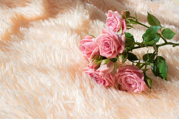 Un bouquet di rose rosa sul letto Foto Premium