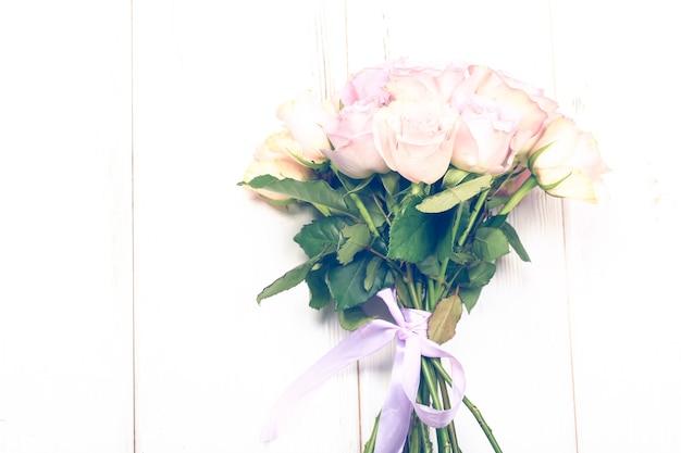 Bouquet di rose rosa isolate su sfondo chiaro