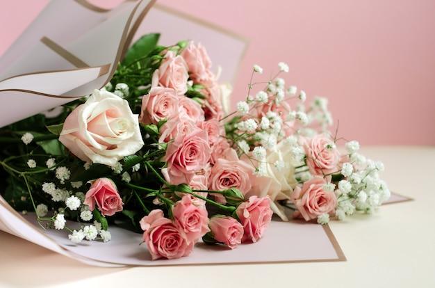 Bouquet di rose rosa su sfondo rosa, foto in primo piano