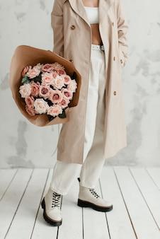 Bouquet di rose rosa. le rose sono artificiali. bouquet di fiori artificiali. fiori in regalo. fiori decorativi.