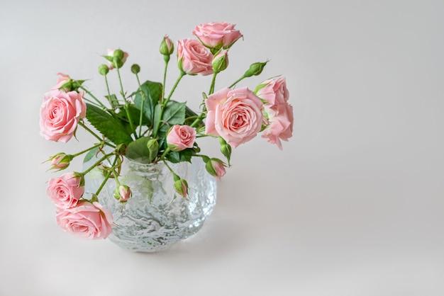 Bouquet di rose rosa in vaso di vetro rotondo
