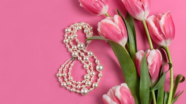 Bouquet di tulipani rosa sul tavolo rosa.