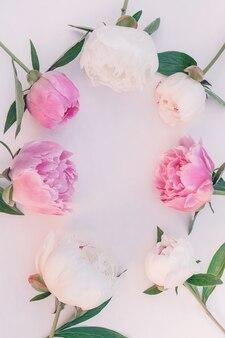 Bouquet di peonie rosa e bianche ravvicinate con copia spazio per il design.