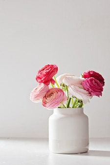 Bouquet di fiori di ranuncolo rosa e bianchi