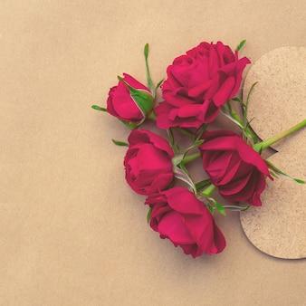 Bouquet di rose rosse luminose con un cuore con un posto per il design.